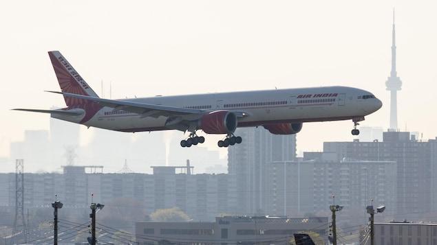 Un avion d'Air India est sur le point d'atterrir à Toronto.