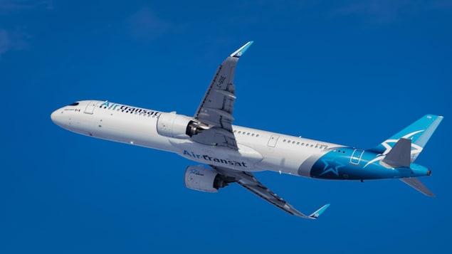 Un avion de la compagnie Air Transat dans le ciel.