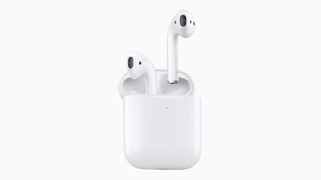Une photo des écouteurs sans fil Apple AirPods dans leur étui.