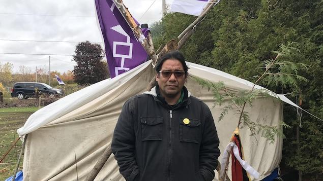Al Harrington observe une grève de la faim à Kanesatake pour demander un moratoire sur le développement en terres contestées.