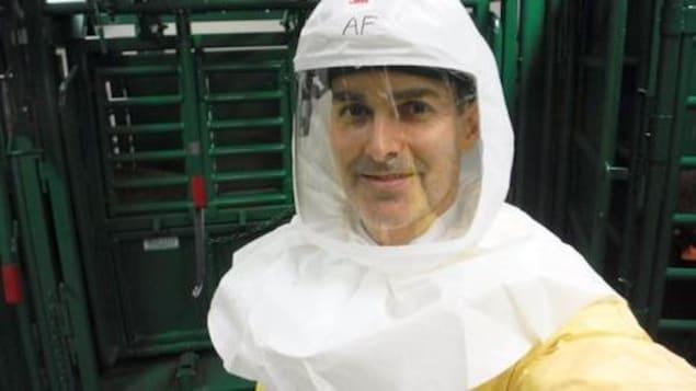 Alain Fafard en tenue de protection dans le laboratoire