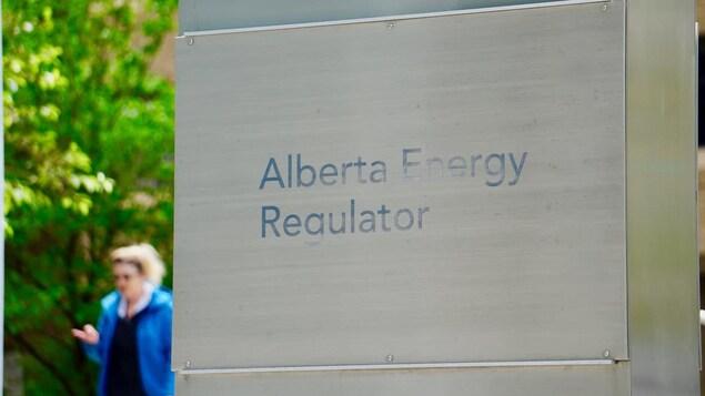 Un gros plan sur une affiche métallique où est inscrit : « Alberta Energy Regulator ».