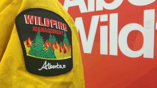 L'uniforme d'un fonctionnaire de l'agence albertaine de lutte contre les feux de forêt.