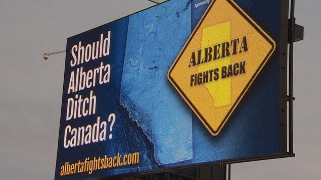 Un panneau publicitaire qui fait la promotion d'une Alberta indépendante.