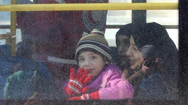 Un premier convoi a permis d'évacuer des civils et des blessés syriens d'Alep-Est