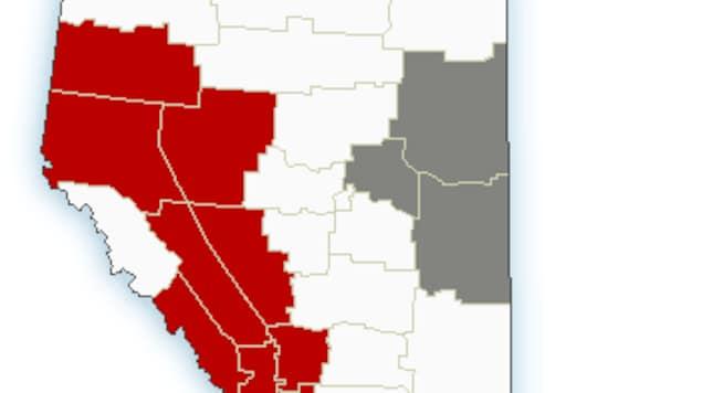 Une carte de l'Alberta par Environnement Canada qui illustre en rouge les endroits où il risque d'avoir de la neige.