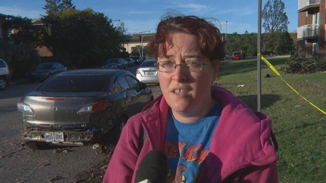 Alexandra Forget répond aux questions d'une journaliste devant des débris.