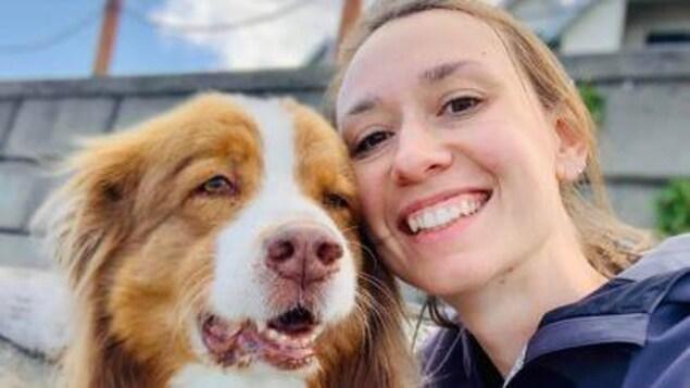 Une femme avec un chien.