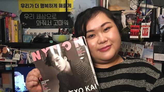 Alexandra San Diego tient un magasine coréen dans ses mains.
