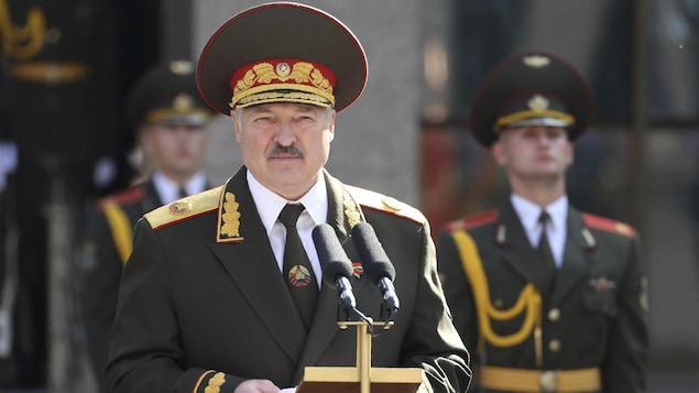 Alexandre Loukachenko, en uniforme militaire, prononce un discours.