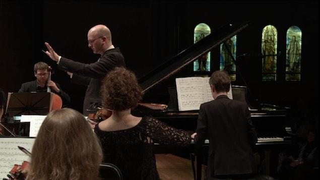 Les Violons du Roy et le pianiste Alexandre Tharaud lors de la création du concert -Tharaud inédit - le 2 juin 2017 à la salle Bourgie du Musée des beaux-arts de Montréal