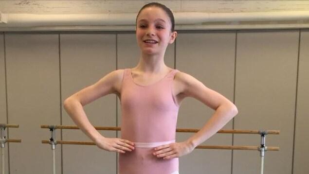 Alexane Dépelteau-Lacassagne en tutu rose dans un studio de danse.