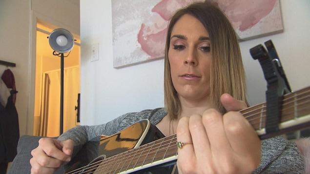 Alexie gratte sa guitare dans ses temps libres.
