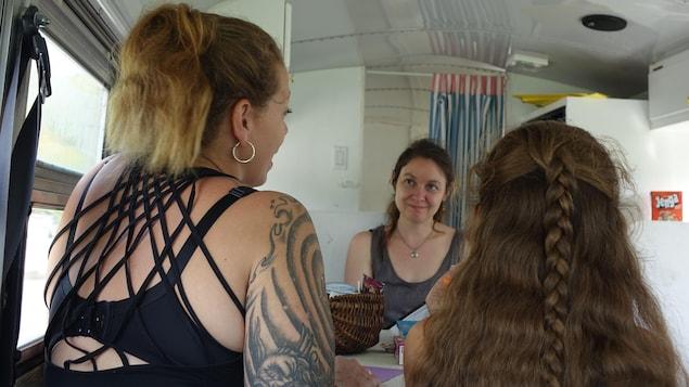 Alexine, sa fille et la travailleuse sociale Delphine Bachand-Morin