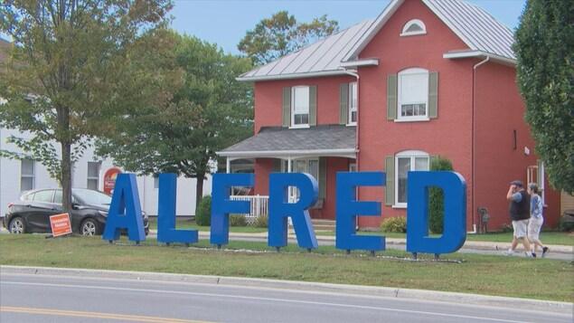Des lettres géantes plantées au sol forment le mot Alfred, nom d'un village de l'est ontarien.