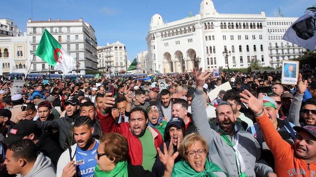 Des manifestants dans le centre-ville d'Alger.