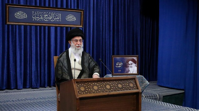Ali Khamenei est assis à un bureau.