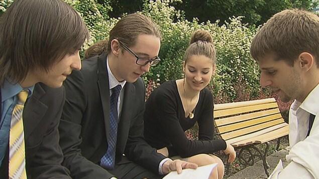 Alicia Despins et son groupe d'amis avec qui elle a créé le parti Alternative Québec.