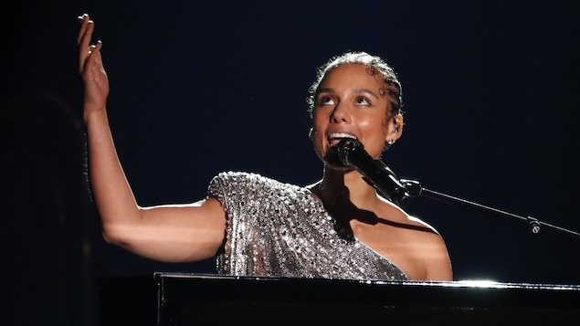 Alicia Keys chante au piano.