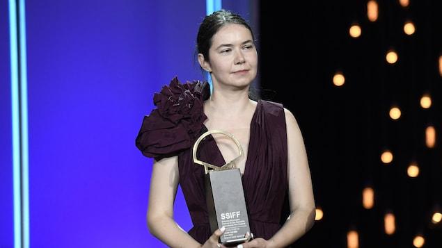 Une femme tient un trophée lors de la cérémonie de clôture du festival de Saint-Sébastien.