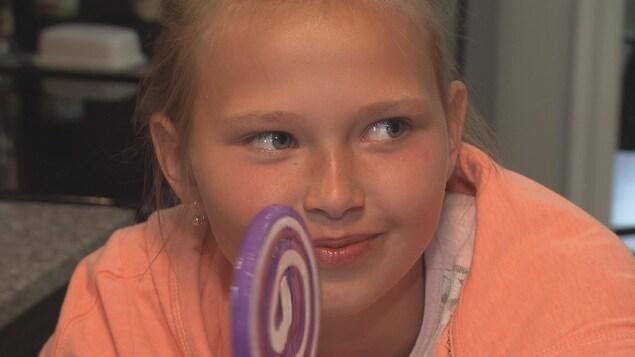 Alina Haduntsova, une Biélorusse de 10 ans, est à Sainte-Catherine-de-Hatley pour prendre un répit des conséquences de l'accident nucléaire de Tchernobyl, toujours présentes après plus de 30 ans.