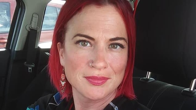 Une selfie d'une femme dans sa voiture.