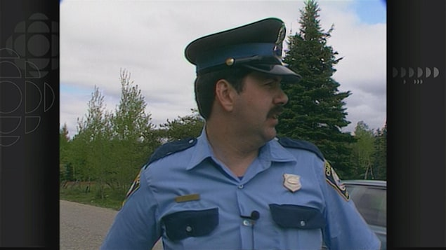 Un policier regarde par-dessus son épaule.