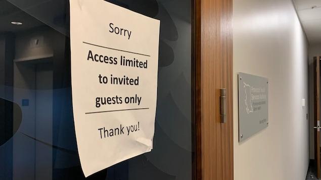 Une affiche sur laquelle on peut lire en anglais : accès limité uniquement aux visiteurs autorisés.