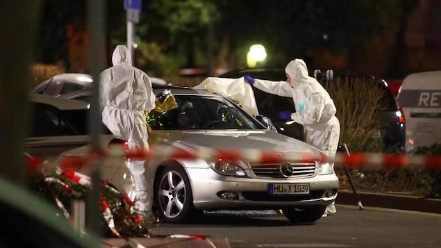 Des experts médico-légaux sur les lieux d'une fusillade à Hanau près de Francfort