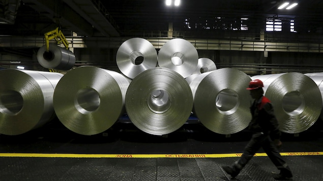 Des rouleaux d'aluminium sont entreposés dans une usine.