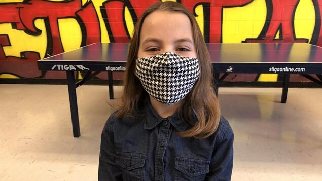 Alyssa Geneau (10 ans), élève de 5e année, pose ici avec son masque.