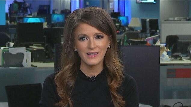 Amanda Simard accorde une entrevue télévisée à partir d'une salle de nouvelles de Radio-Canada.