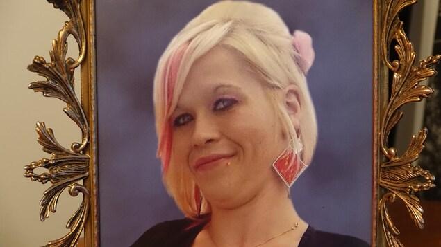 La photo d'une jeune fille aux cheveux blonds