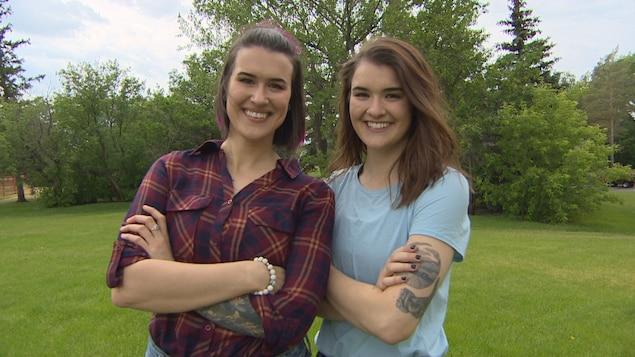Lauren et Joanne Lavoie posent les bras croisés au terme de l'entrevue.