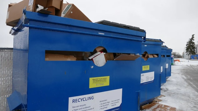 Des bennes de recyclage.