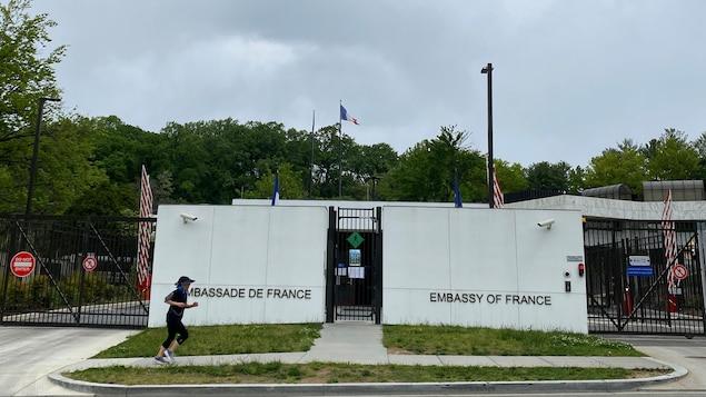 Une femme fait du jogging devant l'ambassade.
