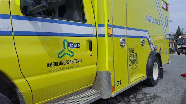 Une ambulance porte le logo «Ambulances Abitémis, division de Dessercom».