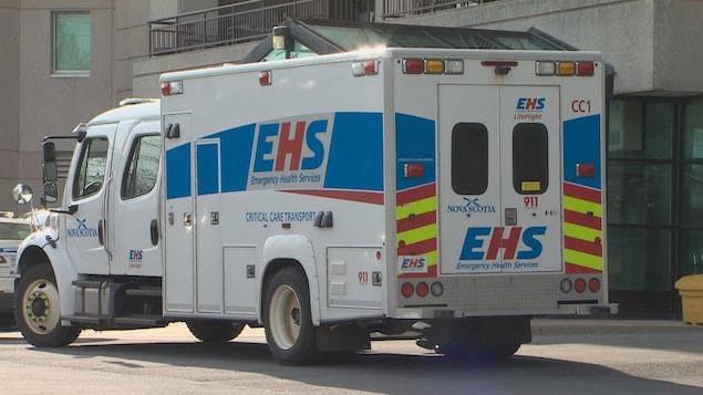 Une ambulance de la Nouvelle-Écosse devant l'entrée de l'urgence à Halifax en mai 2018.