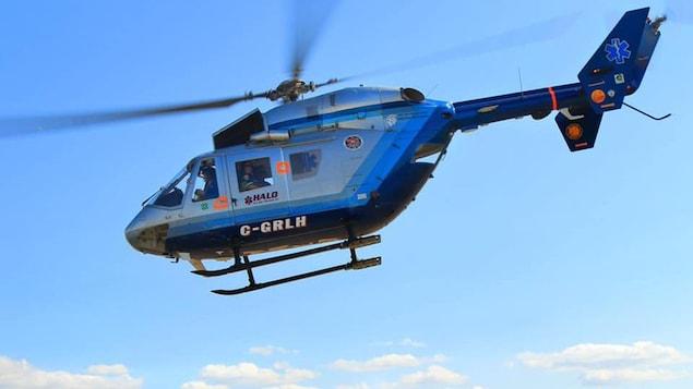 Un helicoptère en vol.