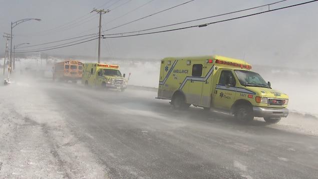 Deux ambulances sur une route enneigée