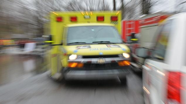 Une ambulance d'Urgences-Santé, avec un effet de mouvement