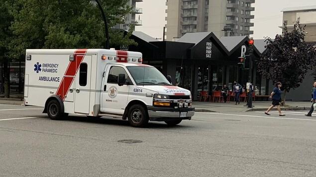 Une ambulance avance rapidement avec ses gyrophares allumés sur l'avenue Lonsdale à North Vancouver.
