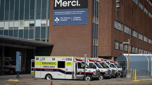 Des ambulances stationnées à l'urgence de l'Hôpital d'Ottawa.