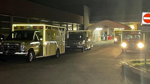 Quatre ambulances sont stationnées à l'urgence.