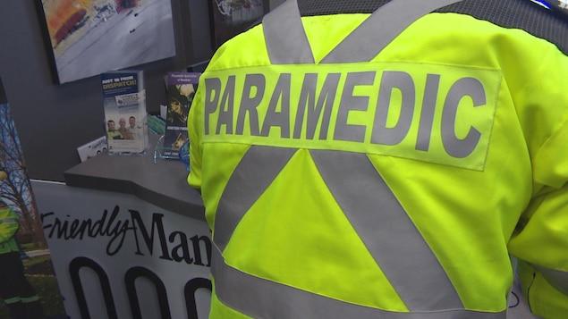 Un ambulancier de dos.