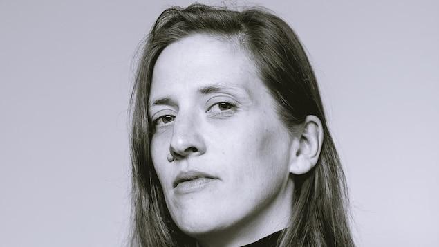 Artiste en arts visuels et directrice générale du centre d'artistes en art actuel, Regart. Femme portant un col roulé noir.