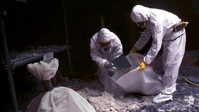Des travailleurs manipulent de l'amiante.