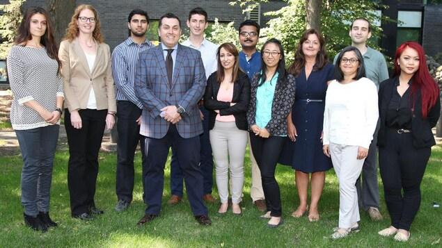 Dix personnes, soit l'équipe du professeur Amir Ravandi, debout sur le gazon pour une photo de groupe.