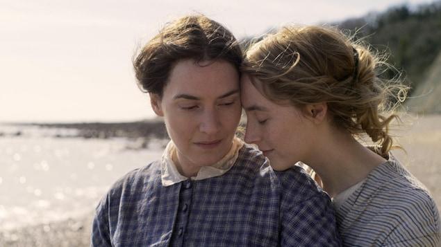 Le personnage de Saoirse Ronan pose son menton sur l'épaule du personnage de Kate Winslet.
