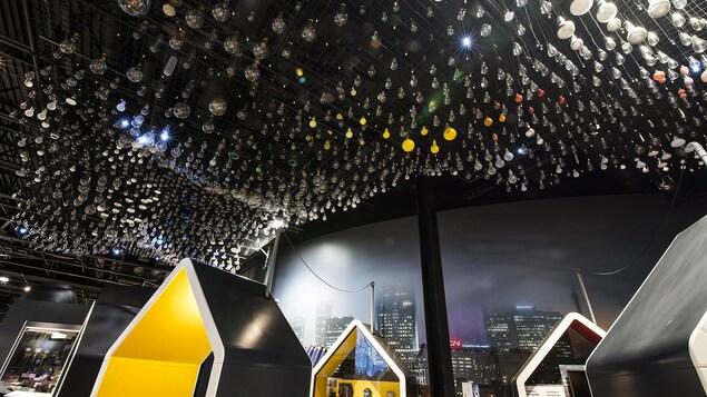 Des ampoules sont suspendues au plafond